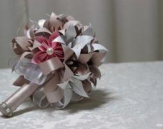 Buquê de origami em lirios e flores de sakura, uma bela opção para guardar para sempre , uma lembrança de um momento único em sua vida!