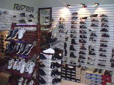 la tienda vende zapatos de los hombres y de mujeres. tienen todo tipo de estilos