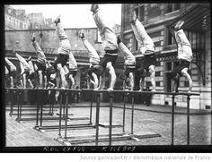 19-3-13, éducation physique, caserne Carpeaux [démonstration des sapeurs-pompiers, exercices de gymnastique, équilibre sur des barres parall...