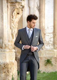 Valorando las pautas de etiqueta y su personalidad, en Miguel Carreguí Moda Hombre le asesoramos de forma personalizada en la elección del traje de novio.