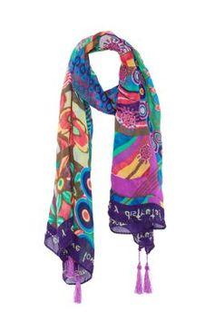 Pañuelo de mujer Desigual modelo Evido. Un maxipañuelo muy versátil con mensajes positivo en todo el contorno. Medidas: 185 x 100 cm.