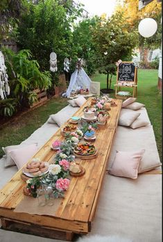 Low boho party table from a boho baby shower to Kara's party ideas Kara . - Low boho party table from a boho baby shower to Kara's party ideas Kara… Hanna hannakeicher Wedding Low boho part Boho Baby Shower, Baby Shower Neutral, Owl Shower, Baby Shower Parties, Baby Shower Themes, Baby Shower Decorations, Shower Ideas, Outdoor Decorations, Garden Party Decorations