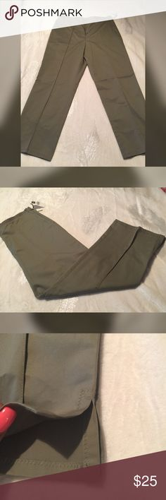 GAP Army Green Cropped Pants Gap Army Green Classic Fit, Side Zip Stretch Cropped Pants Great for work & business Size 6..NWT GAP Pants Ankle & Cropped