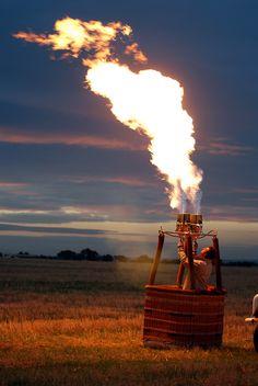 ¿Cuánto calor genera el quemador de un globo?  Los globos de aire caliente vuelan gracias al calor que se genera en los quemadores y que produce la combustión del propano. Y estamos hablando de mucho calor, las llamas de los quemadores pueden alcanzar los 1.100 grados centígrados, o lo que es lo mismo 3.000.000 de kilocalorías.    Más información y reservas para volar:  www.siempreenlasnubes.com