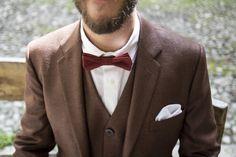 bespoke groom suit by Linnèo. modern groom. brown and floral pattern. purple bowtie.