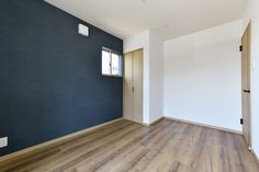 紺色のクロスが映えるお部屋  #紺色クロス #アクセントクロス #おしゃれな部屋 Tile Floor, Flooring, Bedroom, Wallpaper, Interior, Canon, House, Home Decor, Decoration Home