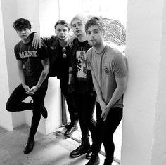 5 Seconds of Summer: the Australian punk-pop band some critics love to hate 5 Seconds Of Summer, Logan Lerman, Cameron Dallas, Michael Clifford, Calum Hood, Evan Peters, Luke Hemmings, 5sos Wallpaper, Phone Wallpapers