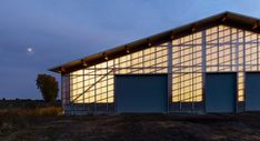 La Shed Architecture chose polycarbonate for some of the walls of this barn in Québec, in order to expose the internal structure of the building and blur the boundaries between the interior and exterior. Timber Buildings, Small Buildings, Wall Exterior, Interior And Exterior, La Shed Architecture, Slate Shingles, Polycarbonate Panels, Timber Structure, Arquitetura