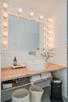 Handfat och spegel Bathroom Lighting, Toilet, Mirror, Furniture, Home Decor, Bathroom Light Fittings, Bathroom Vanity Lighting, Flush Toilet, Decoration Home