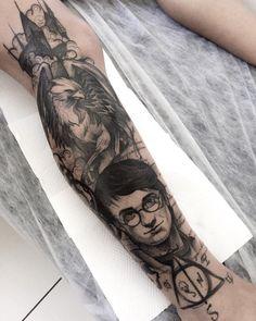 Tatuagem feita por Rodrigo Muinhos de Fortaleza.    Harry Potter com símbolo das relíquias da morte e hipogrifo no braço em blackwork.