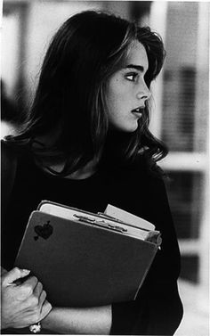 brooke shields style ~she silently watched as her soulmate walked past her.not even knowing she was there~ Brooke Shields Joven, Brooke Shields Young, Pretty People, Beautiful People, Beautiful Women, Icon Girl, Shotting Photo, Act Like A Lady, Grunge Hair