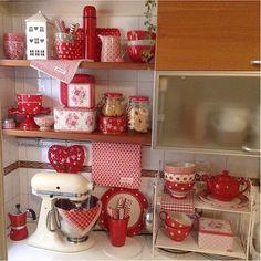 Querido Refúgio - Decoração Kitchen Vignettes, Vintage Kitchen Decor, Farmhouse Kitchen Decor, Kitchen Interior, White Cottage Kitchens, Red Cottage, Beautiful Kitchens, Cool Kitchens, Red Rooms