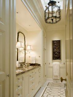 Este es uno de los dos cuartos de baño de nuestra casa, y es el más pequeñito pero es también muy bonito y comódo! Nos pasamos mucho tempo aquí. Hay una lámpara muy bonita que cuelga del techo y dos lámparas alrededor del espejo que es muy grande.