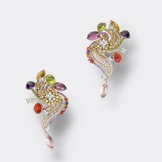 Boucles d'oreilles Plumes Acidulées en or gris, jaune et rose, 362 diamants, 2 péridots, 2 tourmalines roses et 2 tourmalines lilas, 2 béryls jaunes, 2 spinelles roses, 2 citrines, 4 améthystes, 6 opales de feu, 29 saphirs roses, 38 tsavorites, 50 saphirs jaunes, 63 saphirs violets