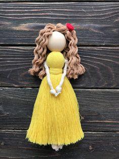 Yarn Dolls, Sock Dolls, Felt Dolls, Macrame Mirror, Macrame Plant Hangers, Doily Art, Angel Crafts, Art Drawings For Kids, Diy Crafts Hacks