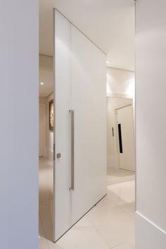 Lindo e sereno, neste #hall de #entrada, todo clarinho, impera a porta #Ampezzo. Seu #design ousado permite a criação de diferentes composições, sem perder a elegância. Ah! Repare no #puxador, desenhado exclusivamente para esse modelo... Um show!!!