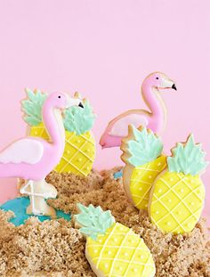 Make your own flamingo and pineapple sugar cookies this summer! How-to, kids party favors, pineapple and flamingo party ideas Flamingo Party, Flamingo Birthday, Flamingo Cupcakes, Aloha Party, Luau Party, Iced Cookies, Cute Cookies, Royal Icing Cookies, Pineapple Cookies