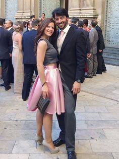 Dorotheé con falda midi rosa y crop top gris de Dresseos - Alquiler de vestidos y accesorios - Dresseos