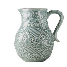 Potteryjo Rabbit Pitcher.   Tillbringare med reliefmönster Tillverkad i Portugal Ca.1.2L Tål Mikro/diskmaskin. Färg: cement.   400 SEK
