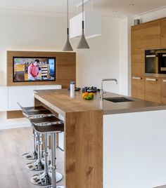 Frank! Maatwerk Keukens realiseert prachtige keukens met bar. Zo wordt de keuken een gezellige plek om samen te komen. #Strakke #greeploze #keuken #Designkeuken. #Keukenideeen #keukeneiland #kookeiland #moderne keuken #design #keuken #zwart #keukenverbouwing #duurzame #keuken #aanrechtblad #composiet #composietaanrechtblad #betonlook #werkblad keuken #maatwerkkeuken #nieuwekeuken #wijnklimaatkast #nieuwbouw #keukenverbouwing #ontwerp #hip #3dtekening #voorbeeld #keukenontwerp #keukenbar #bar