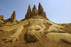 Altro che castelli di sabbia sulla spiaggia. Fanno sul serio i 150 partecipanti al Festival diBlankenberge,  in Belgio, la più grande rassegna al mondo dedicata alle sculture di  sabbia con i suoi 4mila metri quadrati di esposizione. Tra un omaggio a  Marilyn Monroe e un ritratto di Rob