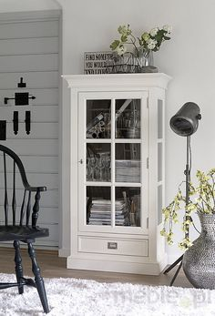 Every once In a while we feel nostalgic and prefer furniture that have a nice vintage vibe - check out for some inspiration! Vintage Vibes, Home Decor Inspiration, China Cabinet, Modern, New Homes, Retro, Storage, Interior, Room