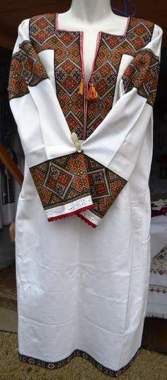 Bohemian Rug, Rugs, Fashion, Duffel Bag, Farmhouse Rugs, Moda, Types Of Rugs, Fasion, Carpet