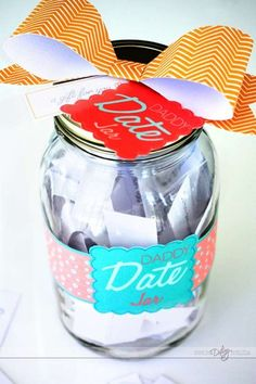FREE printables to make a Daddy Date Jar! Including 50 Daddy/Daughter AND 50 Father/Son date ideas. The perfect, meaningful, inexpensive Father's Day gift! -- think this might b the one! Daddy Daughter Dates, Daddy Day, Kid Dates, Do It Yourself Baby, For Elise, Little Presents, Family Fun Night, Family Traditions, Father And Son