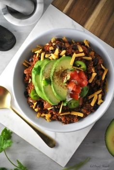 If there is one dish I always crave as soon as the first leaf hits the ground, is my Black Bean Quinoa Chili! Chili Recipes, Veggie Recipes, Vegetarian Recipes, Healthy Recipes, Vegan Meals, Healthy Meals, Quinoa Chili, Vegan Chili, Chipotle