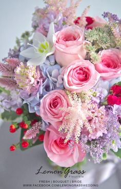 New bridal flowers spring magazines Ideas Bridal Flowers, Pretty Flowers, Silk Flowers, Beautiful Flower Arrangements, Floral Arrangements, Floral Bouquets, Wedding Bouquets, Deco Floral, Ikebana