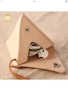 Best 12 leather triangular pouch – Page 196188127503402467 – SkillOfKing. Leather Art, Leather Gifts, Leather Pouch, Leather Design, Leather Jewelry, Handmade Leather, Crea Cuir, Diy Sac, Techniques Couture