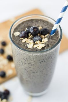 This Blueberry Banana Oatmeal Smoothie is the perfect breakfast smoothie recipe to start the day with fresh fruit, whole grains and yogurt in a glass. Green Breakfast Smoothie, Blueberry Banana Smoothie, Breakfast Smoothie Recipes, Nutritious Breakfast, Oatmeal Smoothies, Smoothie Drinks, Healthy Dessert Recipes, Healthy Smoothies, Banana Breakfast