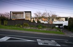 Addition to a 1960s modern home in Auckland by Daniel Marshall