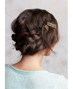Precioso recogido acompañado de broche para el pelo.