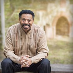 The Urban Alternative is the national ministry of Dr. Tony Evans and is dedicated to restoring hope and transforming lives through the proclamation and application of the Word of God. Radios, My Favourite Teacher, The Proclamation, Tony Evans, Interview, Overcoming Anxiety, Gods Glory, Bible Teachings, Old Quotes