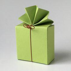 Geschenkschachtel FA 2 6x6x3 cm, mit elastischem Bändchen #pralinenverpackung #Geschenkschachteln  Tischdekoration #Gastgeschenke Container, Guest Gifts, Paper Board, Dekoration