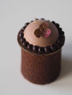 Så er der ikke længe til nytårs klokkerne ringer, og desserten skal planlægges. Mit bud på en chokolade lækkerhed med et tvist af lemoncurd. Nytårsdessert med chokolade, lemoncurd og chokoladekaramel. Du kan forberede chokolademoussen, lemoncurd, chokoladekaramel og chokoladehatte allerede