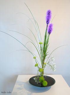 Moribana con Liatris, crisantemos, hierba de oso y paniculata | by Wabi-Sabi Ikebana