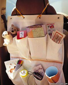 Bind een schoenenhanger aan je stoel met alles wat je kinderen bij de hand willen hebben: drinken, potloden, papier, kussentje en dergelijke.