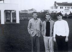 Trio Kennedy, em meados dos anos 30, ainda adolescentes: John, Bobby e Teddy.