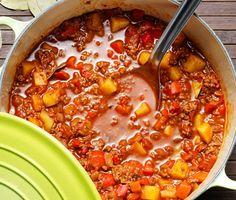 Denna ungerska köttfärsgulasch är lättlagad och värmer bra i höstmörkret. Potatis- och paprikabitarna gör grytan mer matig så att du står dig hela dagen. Med en god brödbit till blir måltiden fulländad.