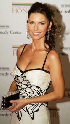 Shania Twain is a singer who has a bust and has body measurements of Divas, Casual Hair Updos, Most Beautiful Women, Beautiful People, Shania Twain Pictures, Country Music Singers, Female Singers, Famous Faces, Country Girls