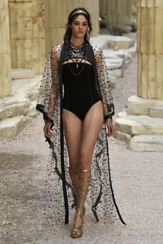 See every look from the Chanel 2017& 2018 Cruise Collection. (=)