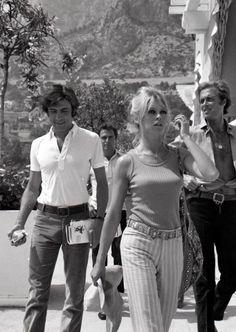 Gigi Rizzi – a sinistra – e Brigitte Bardot, sono la coppia simbolo della pazza estate '68 targata Saint-Tropez. E le foto scattate ai due innamorati fanno il giro del pianeta.
