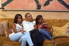Obama segue con le figlie il discorso della moglie dalla Casa Bianca