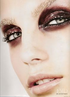 Love these glittery, wet #smoky eyes