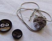 Pendente realizzato con un unico  bottone gioiello vintage color argento. Corredato da girocollo metallico in tinta. Idea regalo.