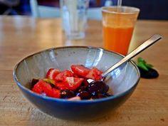 SUMMER in the CITY 😎 für alle Daheimgebliebenen: geniesst es ! auch zuhause ist es schön 😍 wir sind täglich für Euch da 👍 wie wäre es z.B. mit einer leckeren Früchte-Bowl und dazu ein frischgepresster Saft ?  Grüße aus dem Z Café Offenburg