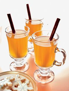 Hot ciders with cinnamon make great winter wedding treats #delicious #weddingdrinks #eventspark