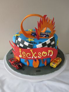 Love this hot wheels cake Bolo Hot Wheels, Hot Wheels Cake, Festa Hot Wheels, Hot Wheels Party, Fancy Cakes, Cute Cakes, 3rd Birthday Cakes, Birthday Ideas, Artist Cake